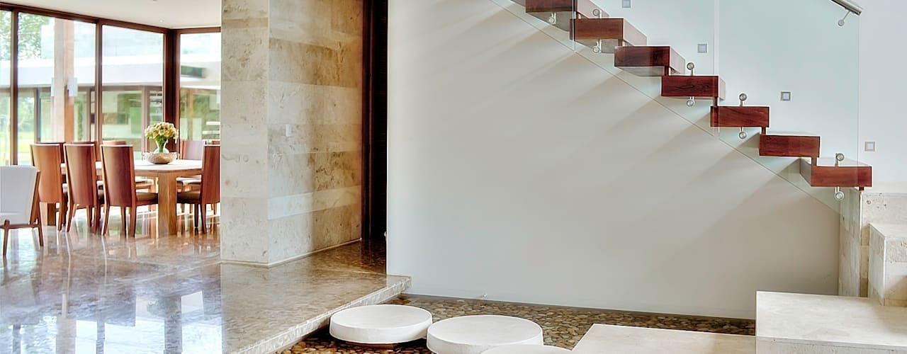 Tropical style corridor, hallway & stairs by Ancona + Ancona Arquitectos Tropical