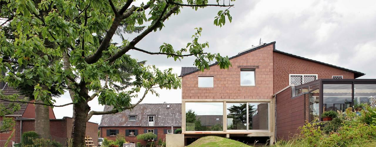 Gartenansicht des neuen Anbaus:  Reihenhaus von AMUNT Architekten in Stuttgart und Aachen