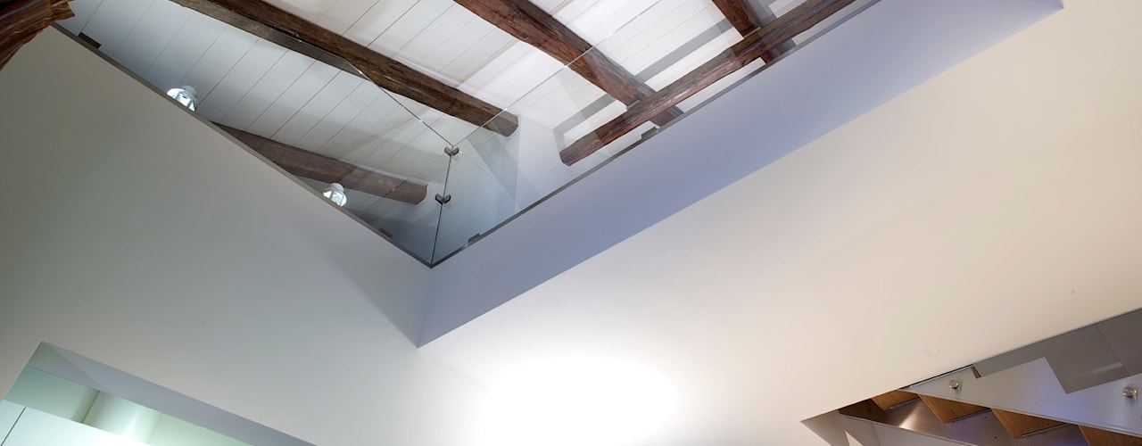 doppia altezza: Sala da pranzo in stile in stile Minimalista di Barbara D'Agaro architetto
