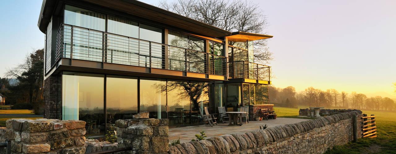 Carreg a Gwydr Hall + Bednarczyk Architects Balcones y terrazas de estilo moderno