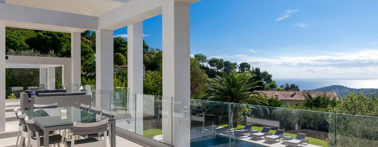 South of France Balcones y terrazas modernos: Ideas, imágenes y decoración de Urban Cape Interiors Moderno