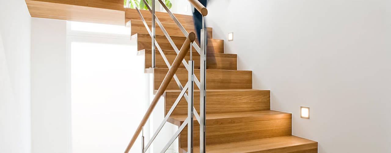 Hành lang, sảnh & cầu thang phong cách hiện đại bởi Holzmanufaktur Ballert e.K. Hiện đại
