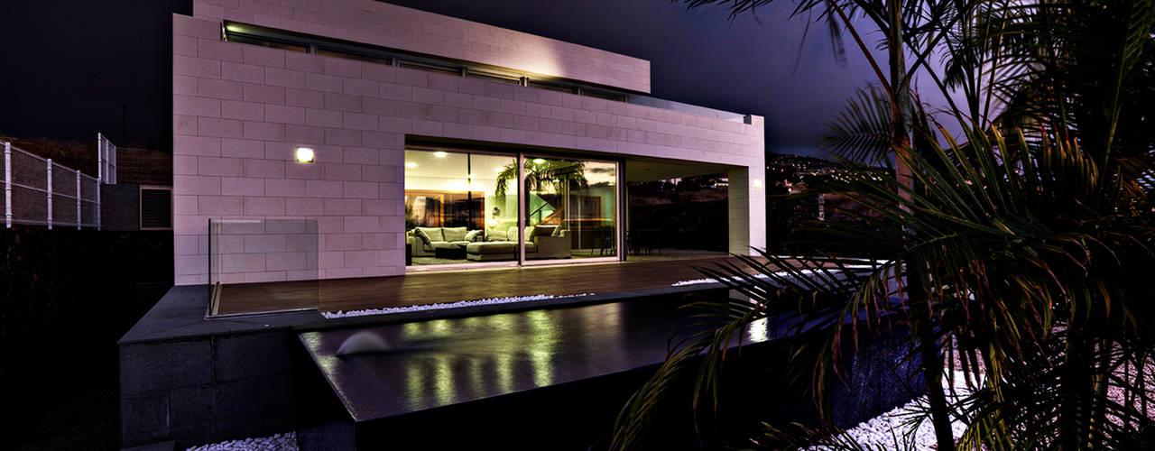 Vivienda unifamiliar en la Quinta. : Piscinas infinitas de estilo  de CORREA + ESTEVEZ ARQUITECTURA, Moderno