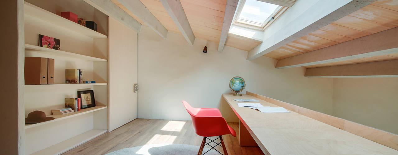 지중해스타일 서재 / 사무실 by Lara Pujol | Interiorismo & Proyectos de diseño 지중해