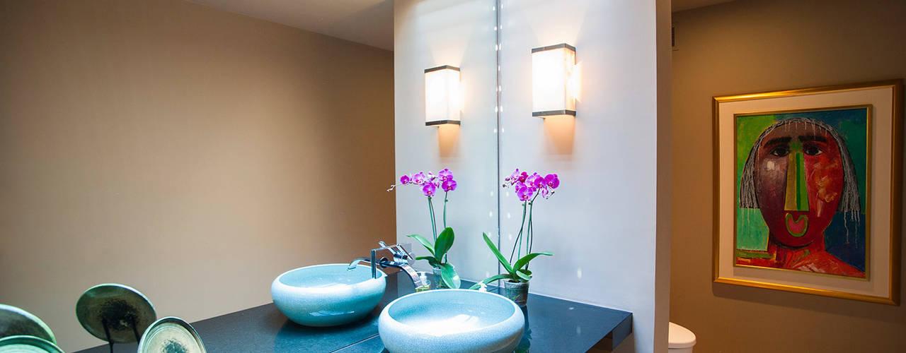 Baños de estilo  por Stone Contractors