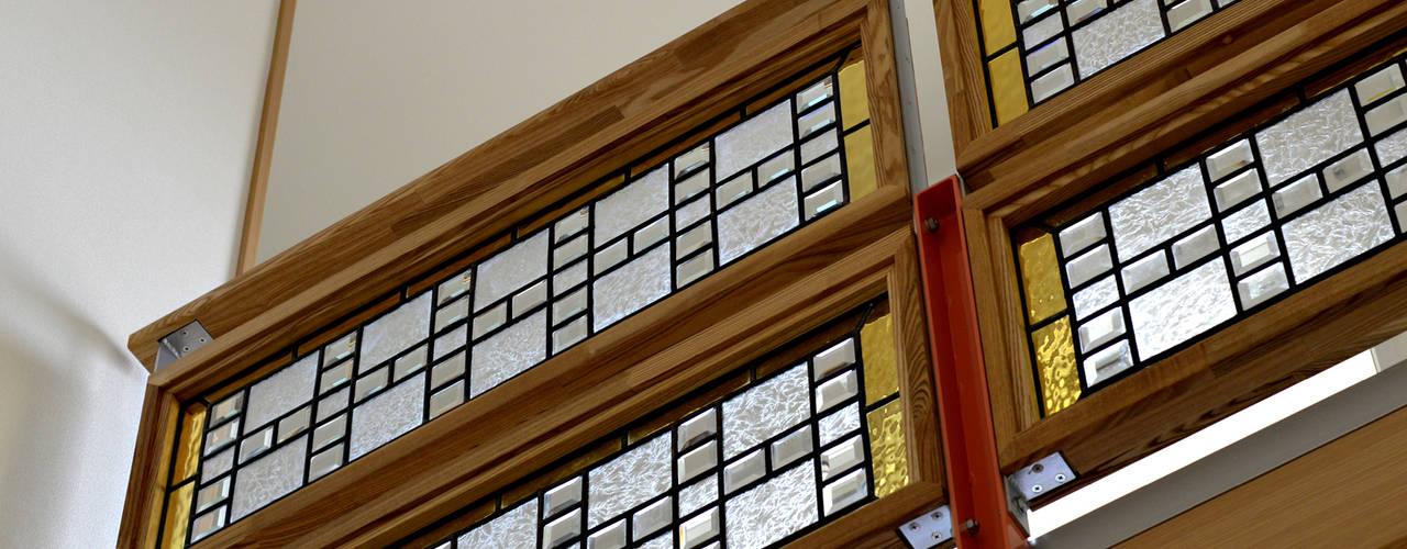ステンドグラスのブリッジ手すり: 株式会社SOM(ソム)建築計画研究所が手掛けた廊下 & 玄関です。