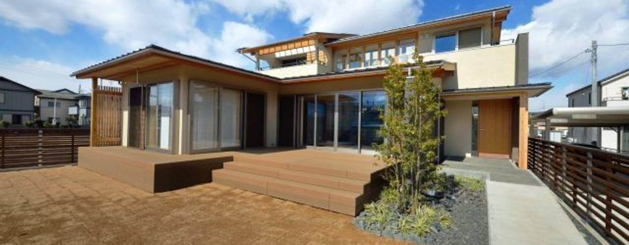 和モダンの家: 岩田建築アトリエが手掛けた家です。,和風