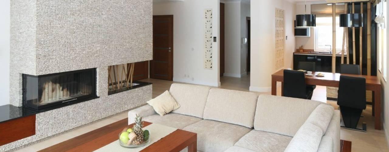 Dom z nutą Bali.: styl , w kategorii Salon zaprojektowany przez CAROLINE'S DESIGN