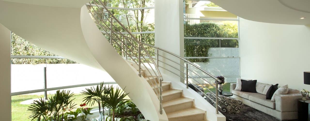 Casa Refúgio da Mata: Corredores e halls de entrada  por Arquiteto Aquiles Nícolas Kílaris