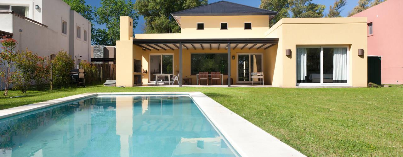 Minimalist houses by Estudio Claria Minimalist