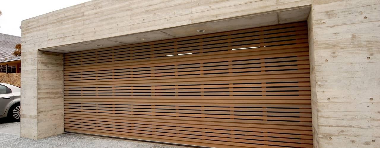 木製ガレージドア: 株式会社ワールドガレージドアが手掛けた現代のです。,モダン