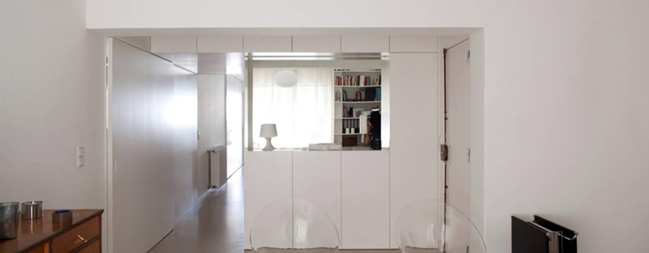TM Apartment: Corredores e halls de entrada  por TERNULLOMELO Architects,