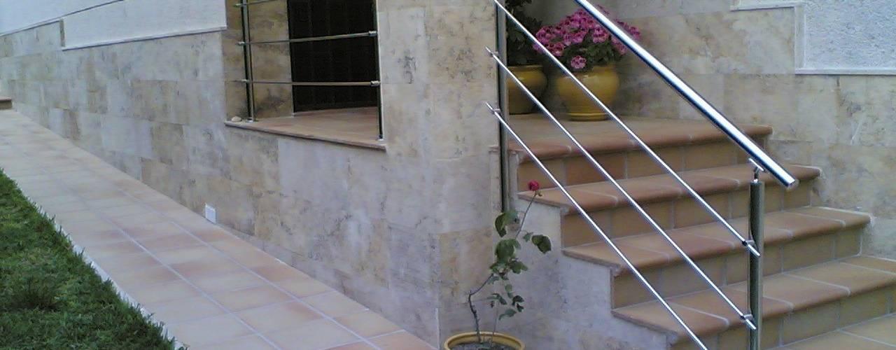 Jardines de estilo  por CIERRES METALICOS AVILA, S.L.