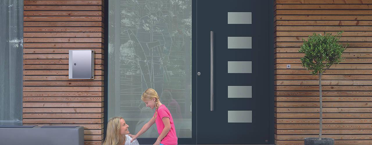 Puertas principales de estilo  por HORMANN, Moderno