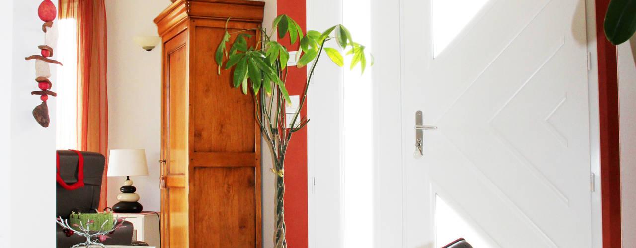 Conseil peinture et revêtement pour cette maison récente. Couloir, entrée, escaliers classiques par Uniq intérieurs Classique