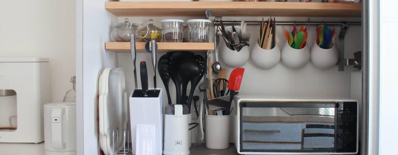 Cozinhas escandinavas por 一級建築士事務所 iie design
