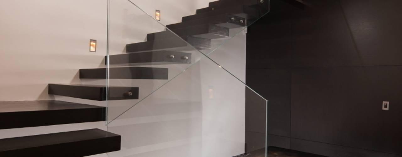 Couloir, entrée, escaliers modernes par GLR Arquitectos Moderne