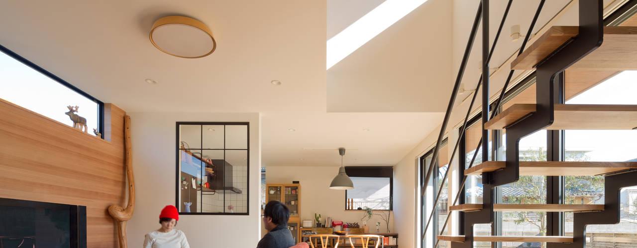 Salas de estilo moderno de 株式会社プラスディー設計室 Moderno