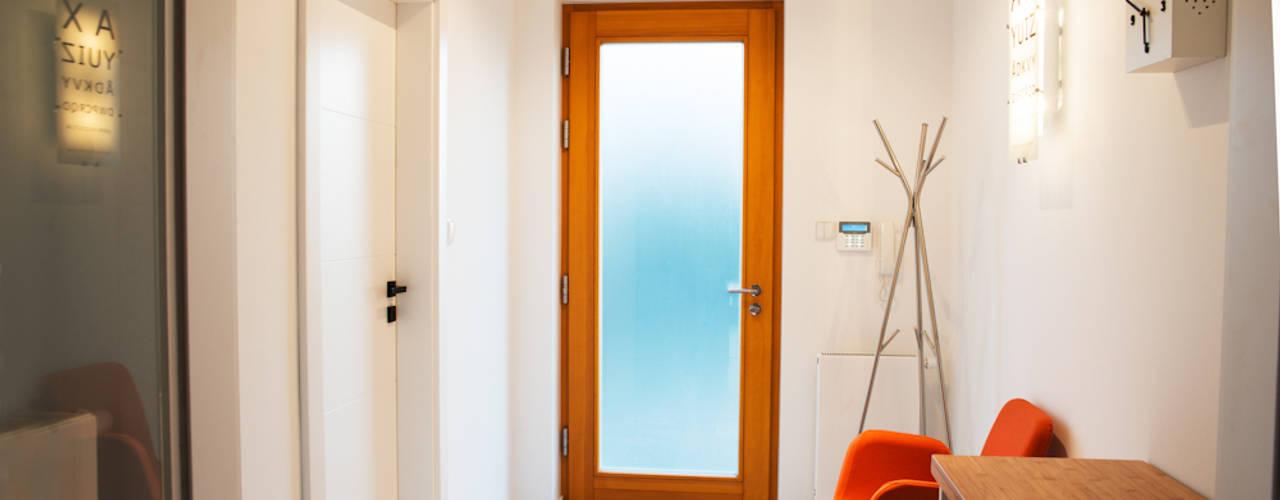 """dom jednorodzinny """"szalona szesnastka"""" Minimalistyczny korytarz, przedpokój i schody od if architektura Minimalistyczny"""