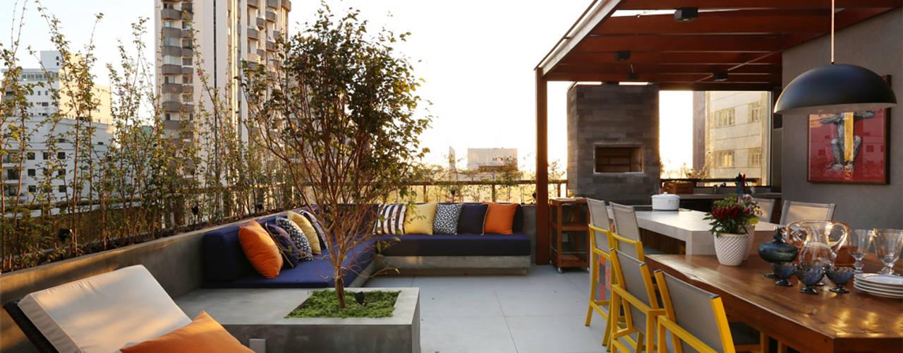 Balcones y terrazas modernos de MANDRIL ARQUITETURA E INTERIORES Moderno