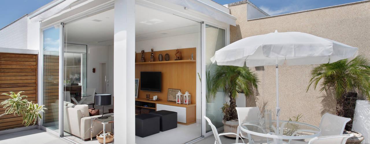 Terrasse de style  par Carolina Mendonça Projetos de Arquitetura e Interiores LTDA, Moderne