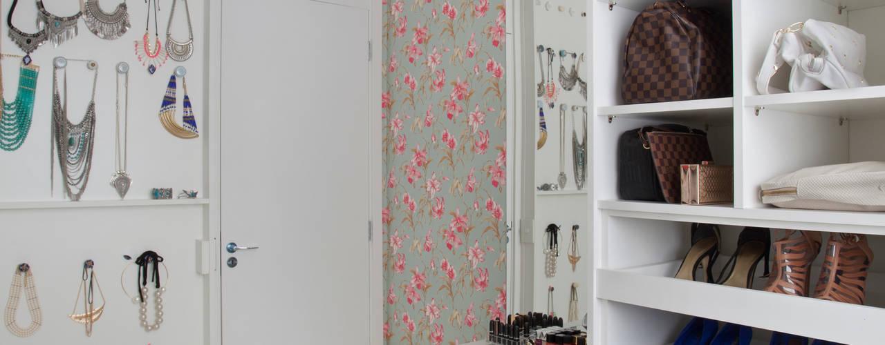Walk in closet de estilo  por Carolina Mendonça Projetos de Arquitetura e Interiores LTDA,