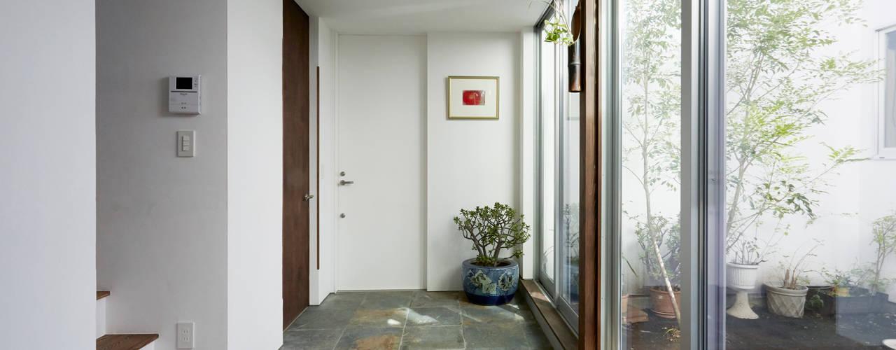 Couloir, entrée, escaliers asiatiques par エトウゴウ建築設計室 Asiatique