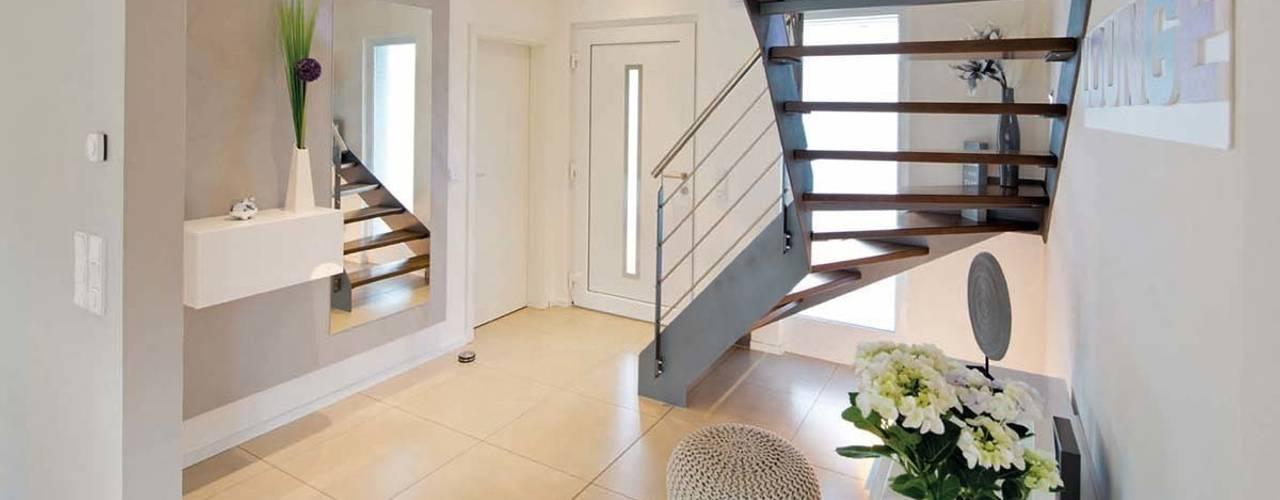 Pasillos, vestíbulos y escaleras de estilo moderno de FingerHaus GmbH - Bauunternehmen in Frankenberg (Eder) Moderno