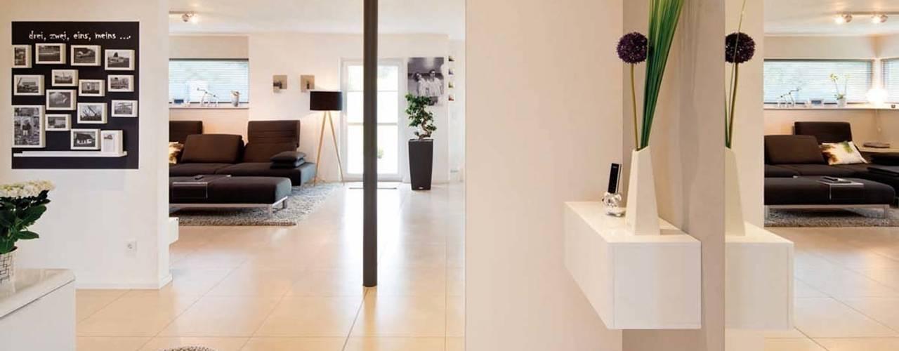Modern corridor, hallway & stairs by FingerHaus GmbH - Bauunternehmen in Frankenberg (Eder) Modern