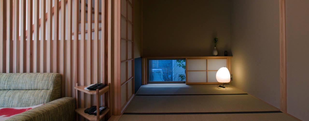お気に入りに囲まれて暮らす家: 松原正明建築設計室が手掛けた和室です。