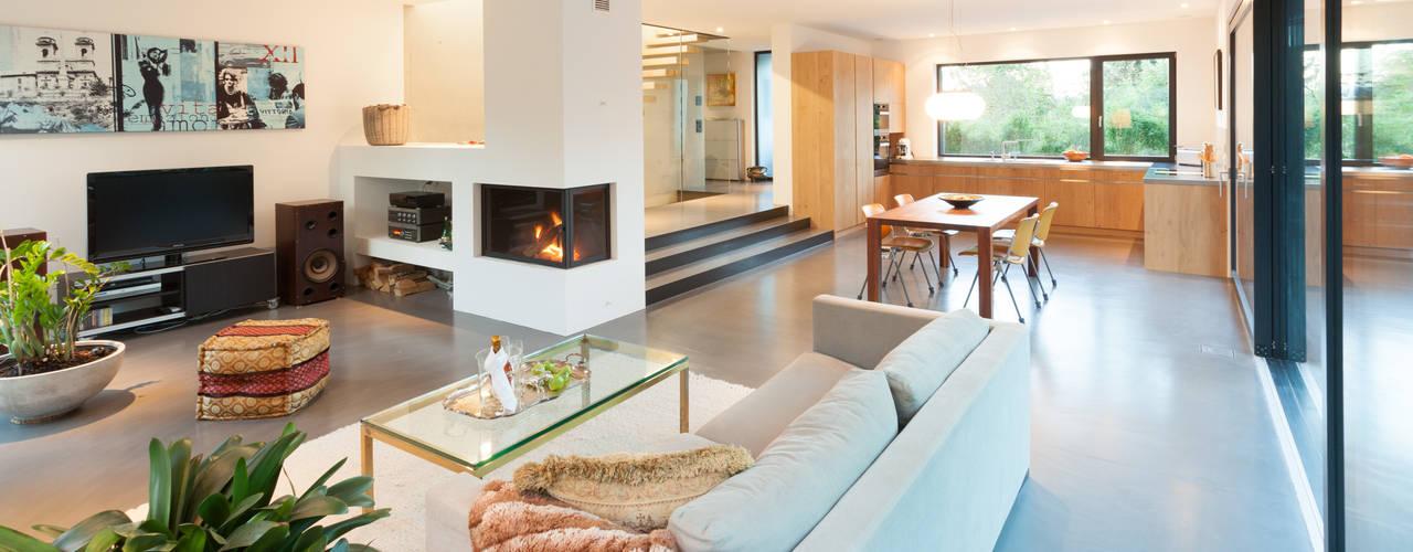 Столовая комната в стиле модерн от von Mann Architektur GmbH Модерн