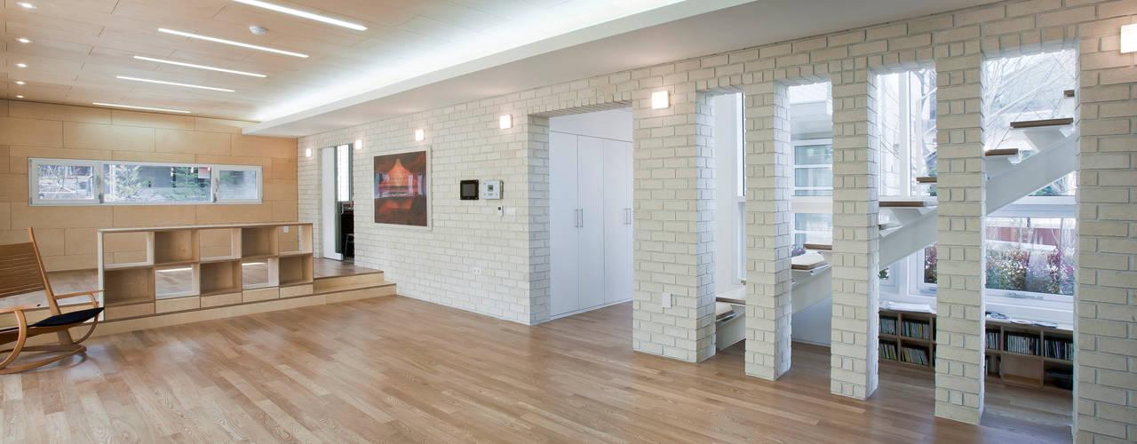 Ruang Keluarga Modern Oleh (주)건축사사무소 아뜰리에십칠 Modern