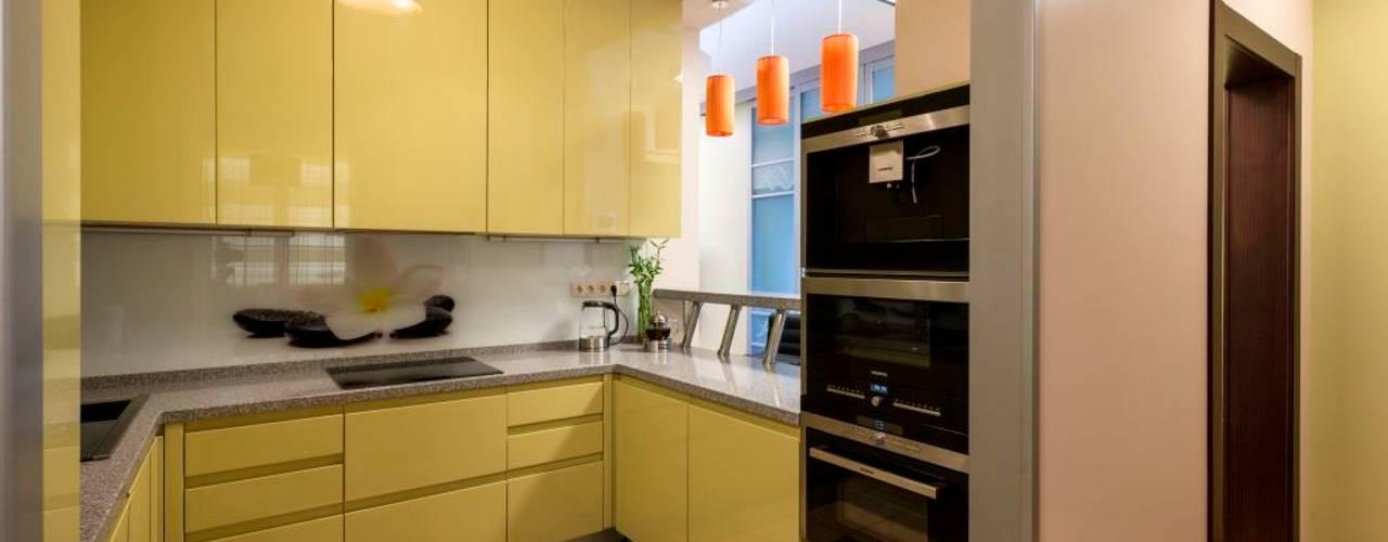 Кухня с высокими верхними шкафчиками.: Кухни в . Автор – Ольга Макарова (Экодизайн)