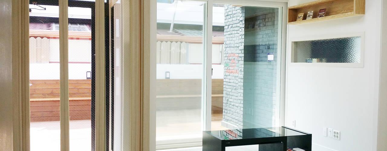 现代客厅設計點子、靈感 & 圖片 根據 인벤트 디자인 現代風