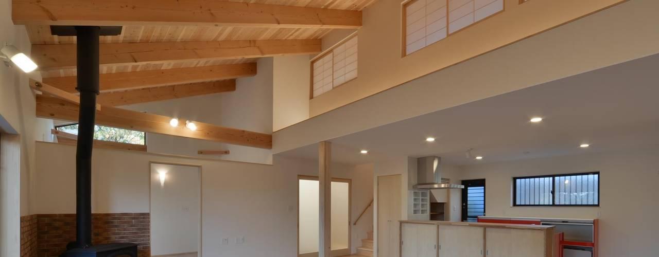 「大羽根園の家」: 若山建築設計事務所が手掛けたリビングです。,和風