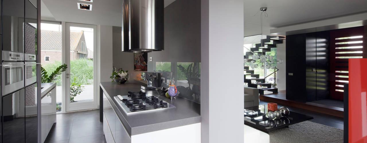 Modern binnen traditionele grenzen Moderne keukens van MEF Architect Modern
