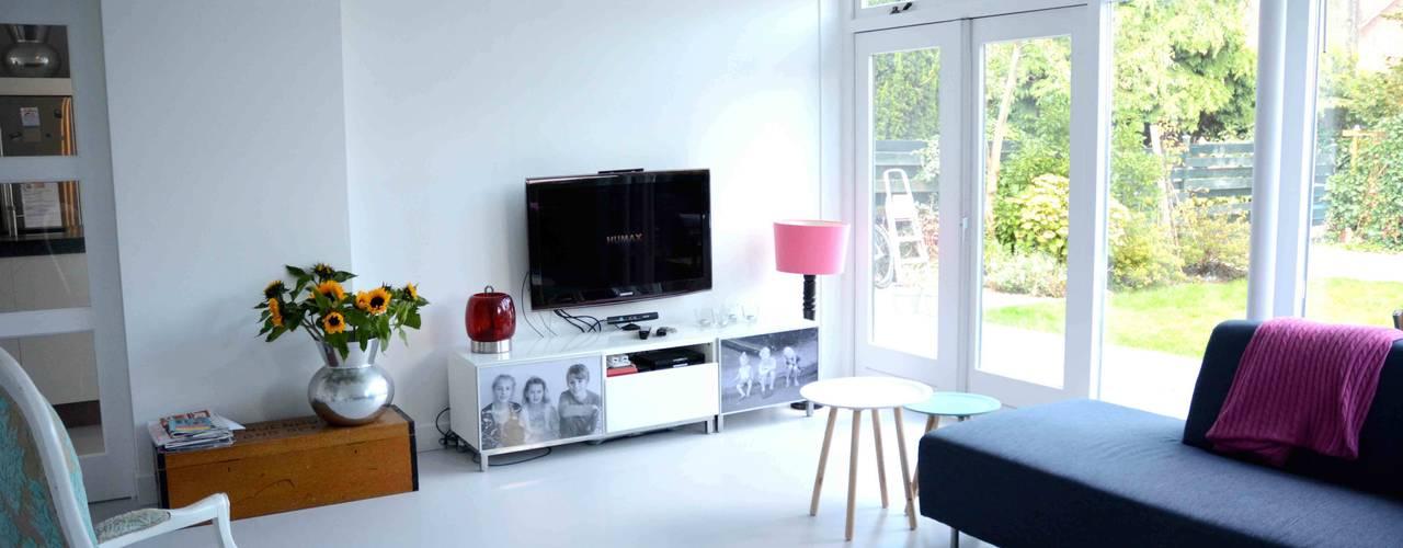 woonkamer:  Woonkamer door TIEN+ architecten