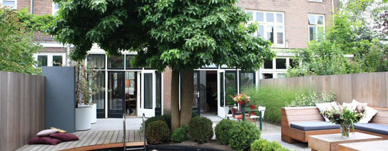 Moderne stijlvolle stadstuin in centrum Haarlem:  Zwembad door Biesot,