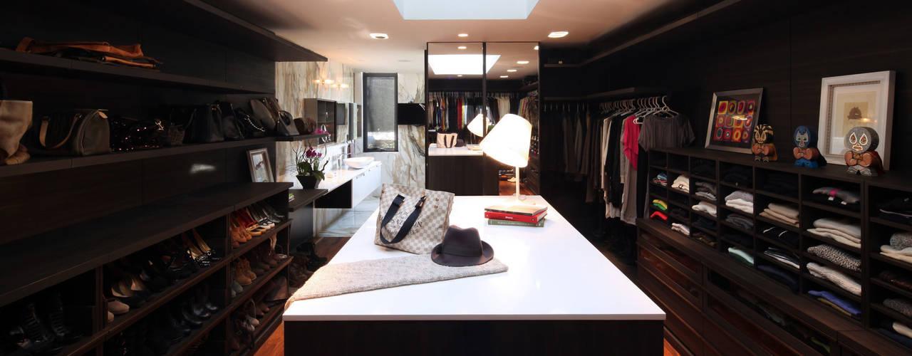 Walk in closets de estilo minimalista de grupoarquitectura Minimalista