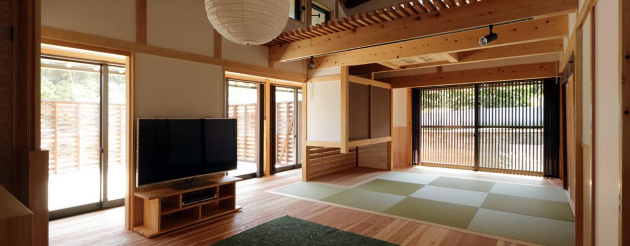瀬戸田の離れ/古民家再生工事: 株式会社濱田昌範建築設計事務所が手掛けたリビングです。,和風