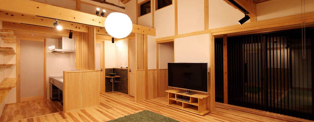 瀬戸田の離れ/古民家再生工事: 株式会社濱田昌範建築設計事務所が手掛けたリビングです。
