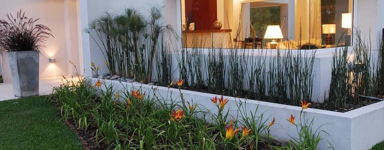 Jardines de estilo moderno de Estudio de Arquitectura Clariá & Clariá Moderno