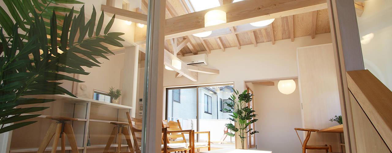 リビングダイニング: 遠藤浩建築設計事務所 H,ENDOH  ARCHTECT  &  ASSOCIATESが手掛けたリビングです。