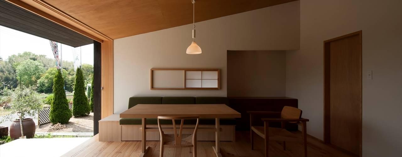 Klasyczny salon od 宇佐美建築設計室 Klasyczny