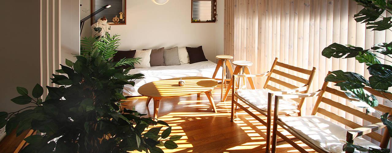 中庭のある家: 遠藤浩建築設計事務所 H,ENDOH  ARCHTECT  &  ASSOCIATESが手掛けたリビングです。,モダン