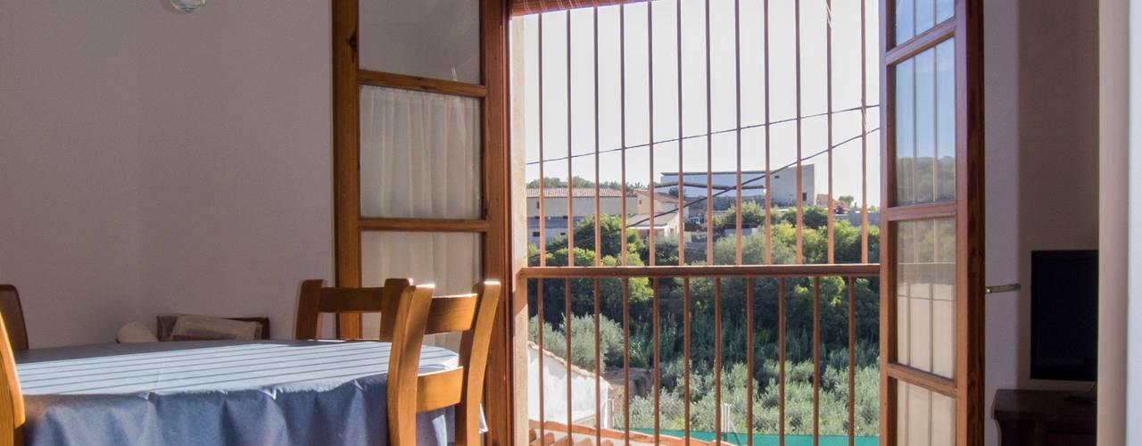 La casa de Tere y Miguel FGMarquitecto Puertas y ventanas de estilo rústico