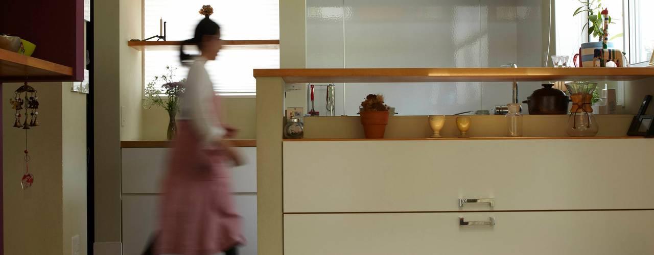 9坪ハウス+α: nido architects 古松原敦志一級建築士事務所が手掛けたリビングです。