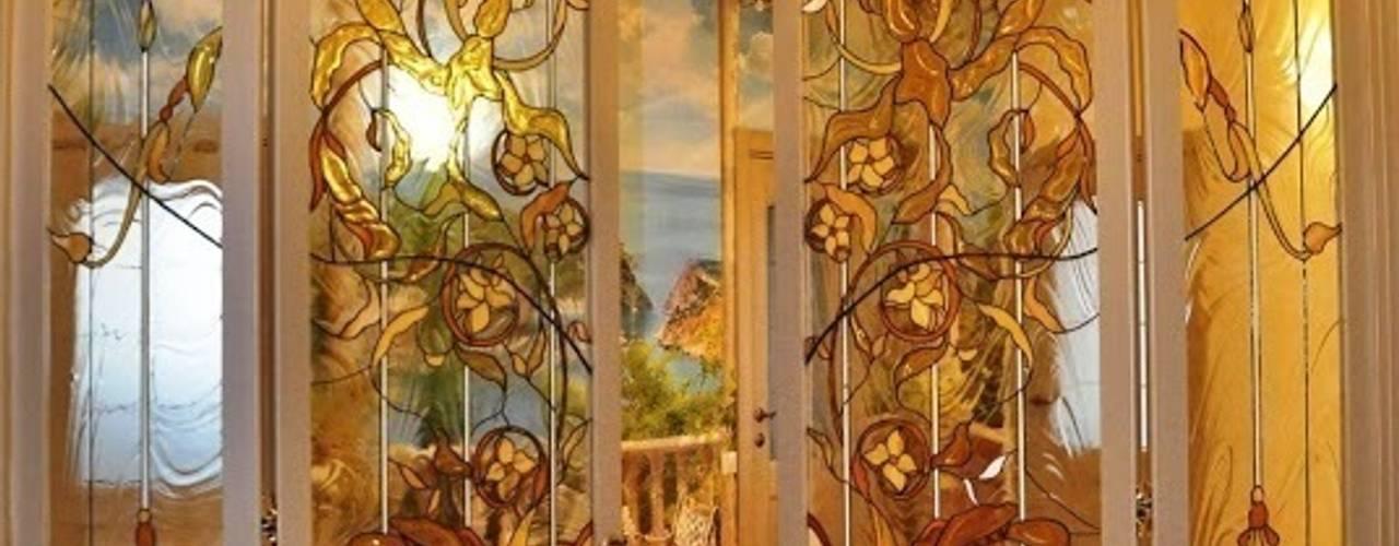 Puertas y ventanas de estilo  por Витражная мастерская 'Гранат'