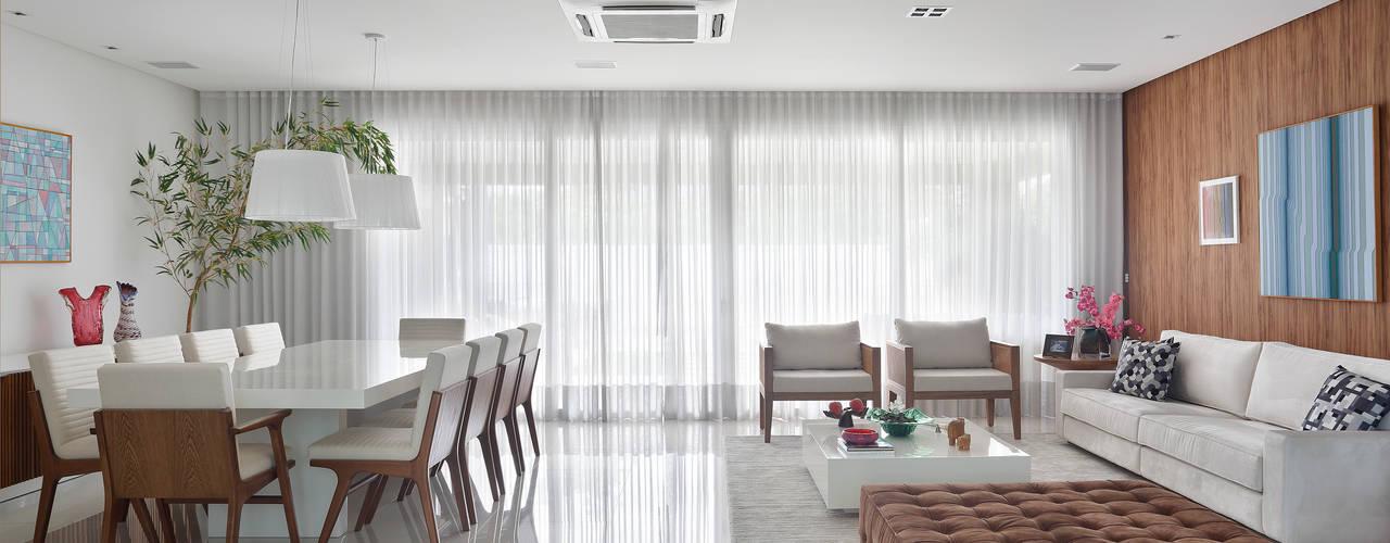 Casa Luxo: Salas de estar  por Carolina Mendonça Projetos de Arquitetura e Interiores LTDA