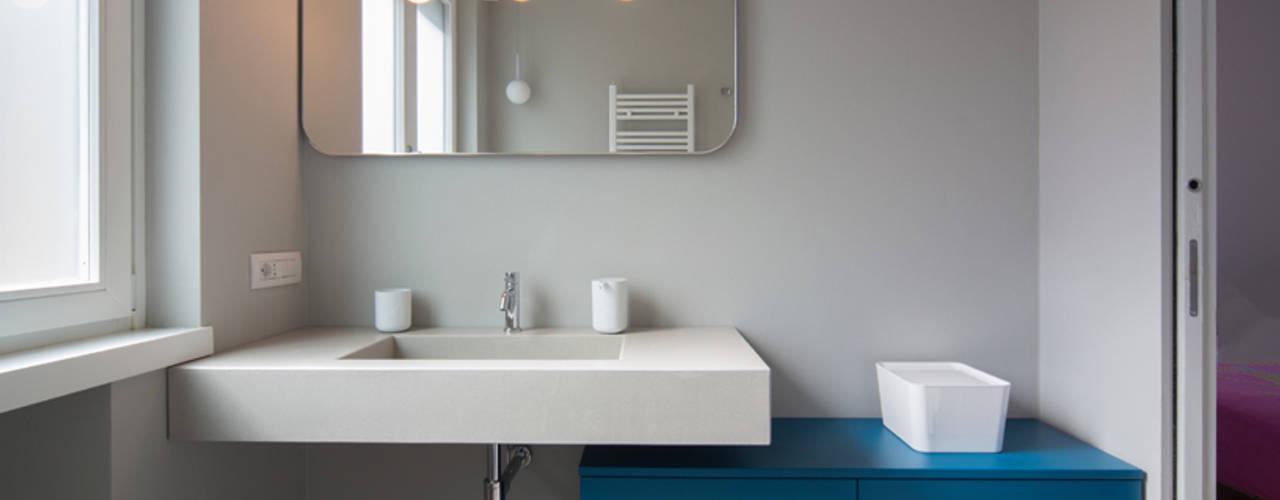 Baños de estilo minimalista de ristrutturami Minimalista